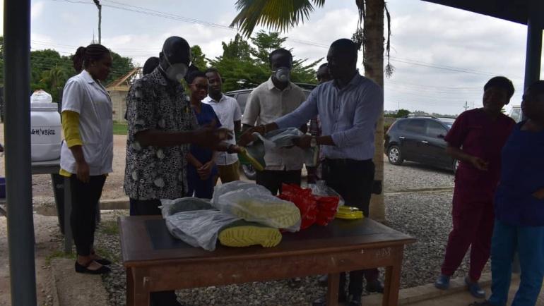 MCE, Hon Nana Osei Asibey Bonsu donated  PPE's to Asonomaso Hospital and also visited the Police post at Asonomaso Nkwanta